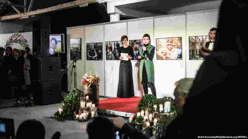 Марина Порошенко нагороджує переможців дитячого конкурсу