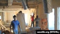 Трудовые мигранты из Узбекистана на строительной площадке в российском городе Краснодаре.
