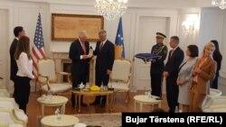 """Thaçi i ka ndarë """"Urdhrin e Lirisë"""" ish-presidentit Clinton, për kontributin e dhënë për lirinë e Kosovës."""