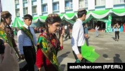 Aşgabat, 2013 ý. Soňky jaň dabarasyna gatnaşýan mekdep okuwçylary.