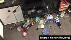 اشیای که در اثر تکان شدید زلزله در یک منزل در نیوزیلند به زمین ریخته اند.