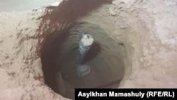 Неразорвавшийся артиллерийский снаряд, вклинившийся под пол жилого дома в городе Арысь после взрывов боеприпасов в военном хранилище 24 июня 2019 года. Арысь, 29 июня 2019 года.