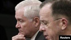 رابرت گیتس، وزیر دفاع آمریکا (چپ)، در کنار مایک مولن، رئیس ستاد کل ارتش آمریکا
