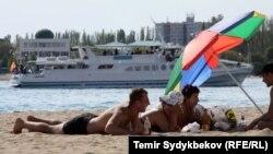 Пляж на озере Иссык-Куль.
