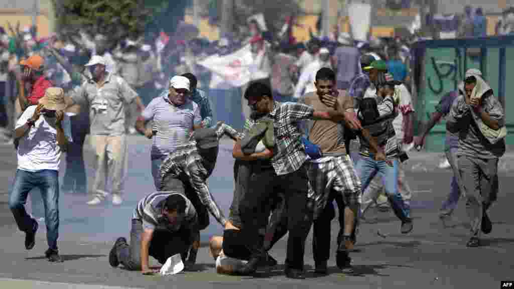 Devrilmiş prezident Mohamed Morsi-nin tərəfdarları hərbçilərin vurduğu adama kömək etməyə tələsirlər.