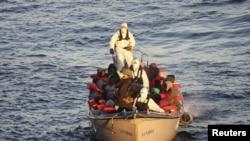 Італьянскія ваенныя маракі ратуюць мігрантаў у Міжземным моры 28 студзеня 2016 году.