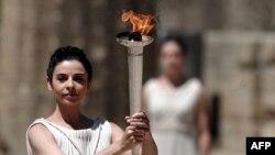 Грек актрисасы Ино Менегаки олимпиада алауын әкеле жатыр. Грекия, 9 мамыр 2012 жыл. (Көрнекі сурет)