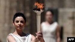 Грек актрисасы Ино Менегаки олимпиада алауын жағып әкеле жатыр. Грекия, 9 мамыр 2012 жыл. (Көрнекі сурет)