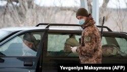 Контроль паспортов на линии соприкосновения в Донбассе 16 марта