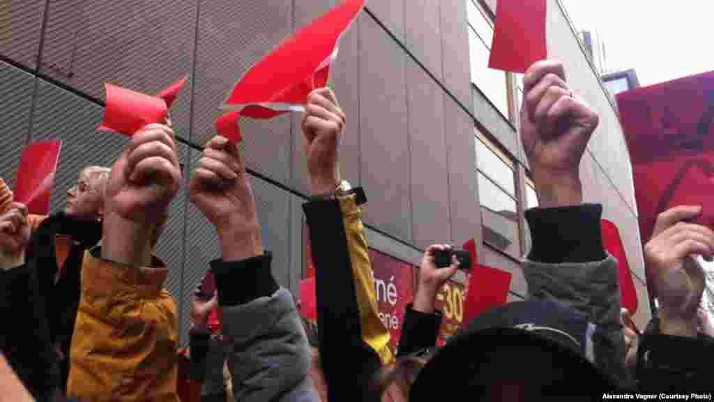 Участники акции держат красные карточки, протестуя против политики президента Чехии Милоша Земана.