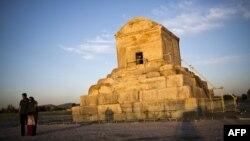 پاسارگاد محل دفن و مقبره کوروش، نخستین پادشاه هخامنشی است که در سالهای اخیر به محلی برای تجمع مردم بدل شده است.