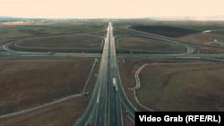 Pamje nga droni e një autostrade në Kosovë. Fotografi ilustruese.