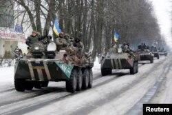 Українські військовослужбовці на бронетранспортерах у Волновасі. 18 січня 2015 року