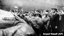 Statuia lui Stalin dărâmată în fața Teatrului Național din Budapesta, în 24 octobrie 1956
