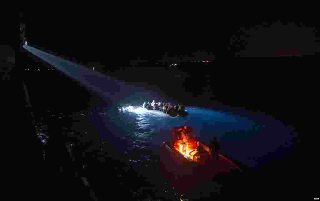 Турецкий пограничный корабль в Эгейском море перехватывает лодку с сирийскими беженцами, пытающимися достичь берегов Греции.