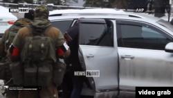 «Генпрокурора ЛНР» виводять з будівлі прокуратури