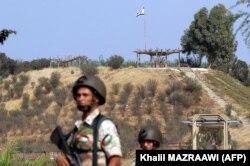 سربازان اردنی در حوالی «دروازه صلح» در مرز با اسرائیل. پرچم اسرائیل در آن سوی مرز بر فراز تپه در احتزاز است