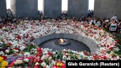 People lay flowers to commemorate the 103rd anniversary of mass killings of Armenians by Ottoman Turks, at the Tsitsernakaberd Memorial Complex in Yerevan, Armenia, April 24, 2018
