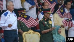 Malaýziýanyň premýer-ministri Najib Razak (çepde) we Malaýziýanyň şasy Abdul Halim Muadzam Şah. 31-nji awgust, 2015 ý.