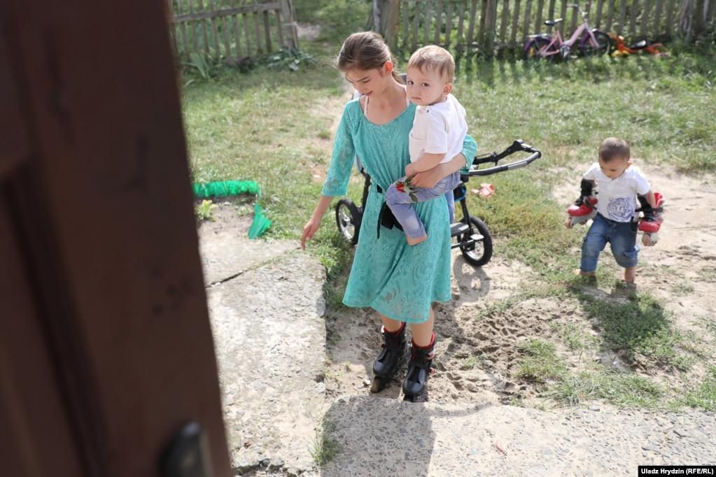 С одеждой для детей и канцелярскими товарами семьи помогают волонтеры из Беларуси и Польши