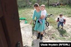 Отбасына киім-кешектер мен қағаз-қаламды Беларусь және Польша еріктілері береді