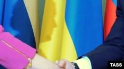 Рукопожатие Владимира Путина и Юлии Тимошенко после подписания соглашений о поставках газа, Москва, 19 января 2009