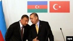 Әзербайжан президенті Илхам Әлиев пен Түркия премьер-министрі Режеп Тайып Ердоғанның Трансанатолия газ құбыры келісіміне қол қойған сәті. Стамбул, 26 маусым 2012 жыл.