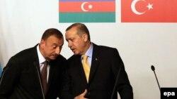 Arxiv fotosuI Azərbaycan və Türkiyə prezidentləri İlham Əliyev (solda) və Recep Tayyib Erdogan, İstanbul, 26 iyun 2012