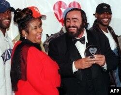پاواروتی همراه خانم آرتا فرانکلین، و گروه بویز تو من پس از دریافت جایزه «شخصیت سال» بنیاد «موزیکرز» در سال ۱۹۹۸