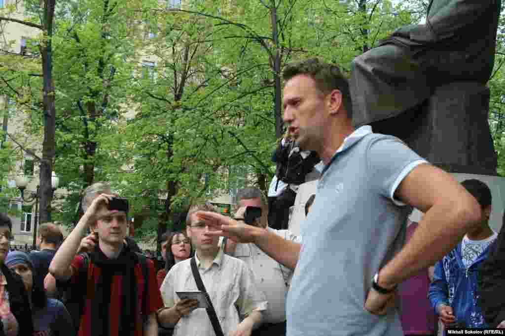 """На """"Оккупай Абай"""" лидер оппозиции Алексей Навальный и его сторонники выступают против очередной инаугурации президента России Путина. Москва, 8 мая 2012 года."""