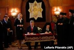 Президент України Петро Порошенко та Вселенський патріарх Варфоломій I під час підписання угоди про Співробітництво і взаємодію між Україною і Вселенським патріархатом. Стамбул (Туреччина), 3 листопада 2018 року