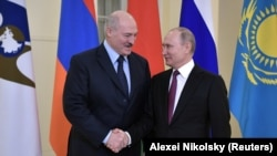Vladimir Putin (sağda) və Alexander Lukashenko, arxiv fotosu
