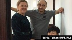 Макс Бокаев с адвокатом Нурбике Ескендировой (слева) и сестрой и общественным защитником Жанаргуль Бокаевой. Атырау, 18 ноября 2016 года.