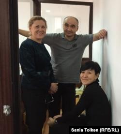 Макс Боқаев (ортада) адвокаты Нұрбике Ескендірова және қорғаушысы әрі қарындасы Жанаргүл Боқаевамен бірге. Атырау, 18 қараша 2016 жыл