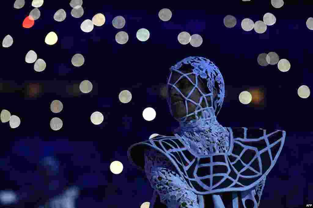 Танцор на церемонии закрытия олимпийских игр в Рио