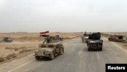 Рамадиге баратын жолдағы Ирак әскери техникалары.