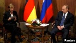 Канцлер Германии Ангела Меркель и президент России Владимир Путин на встрече в Довиле (Франция). 6 июня 2014 года.