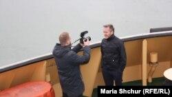 Данський міністр Андерс Самюелсен дає інтерв'ю на буксирі «Капітан Меркулов»