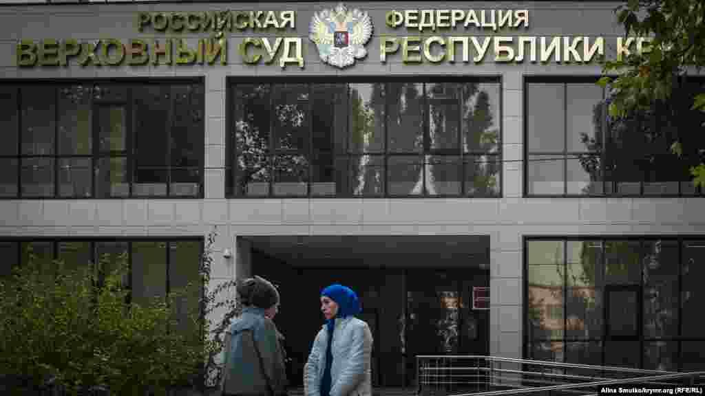 Судовий процес над обвинуваченими в тероризмі кримськими мусульманами. Родичі й друзі зібралися біля будівлі суду, щоб їх підтримати, але всередину нікого не пустили. Сімферополь, 20 жовтня 2017 року