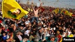 Демонстранти со знамиња на курдскиот лидер на прославата на курдската нова година во Дијабекир