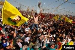 Демонстранты в Диярбакыре - с курдскими флагами и портретом Оджалана