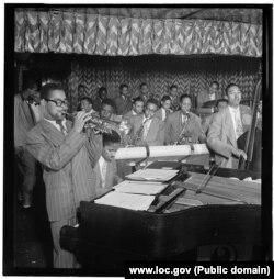 Диззи Гиллеспи с Джоном Льюисом, Сесил Пейн, Майлз Дэвис и Рэй Браун, между 1946 год