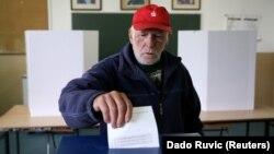 Чоловік голосує під час референдуму. Лакташи, Боснія і Герцеговина, 25 вересня 2016 року