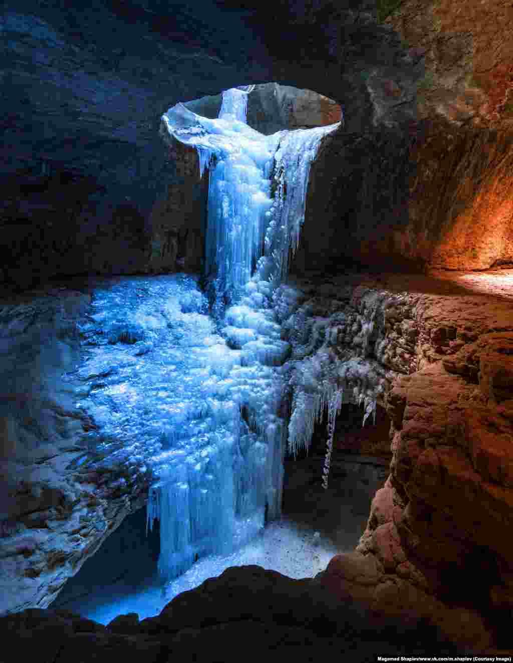 """Замерзший водопад в пещере рядом с селом Салта в Гунибском районе Дагестана. """"Обычно мы уходим в экспедиции, в дикие условия, на несколько дней. Иногда можем путешествовать всю неделю"""", –говорит 24-летний фотограф."""