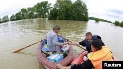 Рятувальники надають допомогу потрепілим від повені поблизу міста Плоцьк (Центральна Польща), 24 травня 2010 року