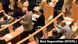 Независимый депутат Эка Беселия и вовсе предложила увеличить квоты до одной трети