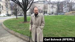 Vladimir Kara-Murza has had to walk with a cane since his last hospitalization in 2015. (file photo)