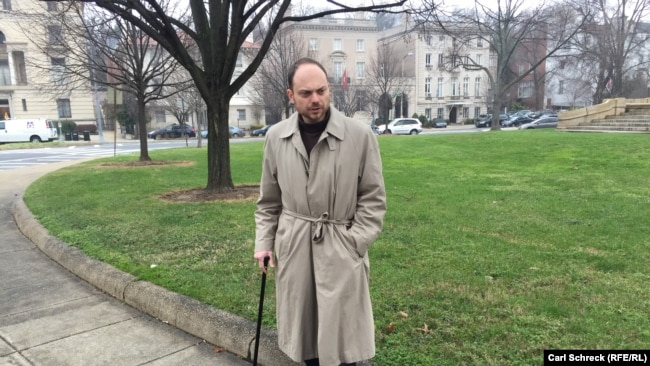 Vladimir Kara-Murza has had to walk with a cane since his last hospitalization in 2015 (file photo).