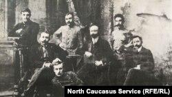 Г.Баммат первый слева, сидит рядом А. Мутушев, на переднем плане А.Кантамир, крайний справа П.Коцев
