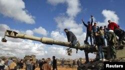 Подбитый танк после воздушного удара коалиционных сил НАТО на дороге в районе города Бенгази
